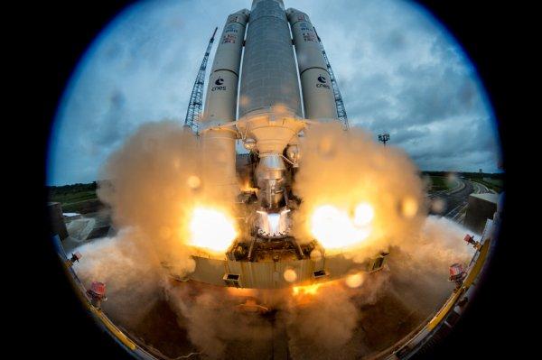 L'IMAGE ET L'INFO SPATIALE DU JOUR : SUPERBE IMAGE DU DÉCOLLAGE D'ARIANE 5, le vol VA240 du port spatial européen de Kourou, en Guyane française a eu lieu ce mardi 12 décembre 2017 à 15h36 heure locale, transportant les satellites Galileo 19-22. (Source ESA-ARIANESPACE)