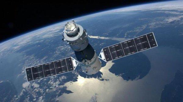 ESPACE INFO : LA STATION SPATIALE CHINOISE TIANGONG-1 EN PERDITION ! La Chine a annoncé fin 2016 qu'elle avait perdu le contrôle de sa station spatiale Tiangong-1, elle devrait tomber sur Terre entre fin février et fin mars 2018. Mais nul ne sait où ! Elle n'était plus visitée depuis des années, mais restait l'un des symboles de l'exploration humaine de l'espace par la Chine. Lancée le 29 septembre 2011 depuis le désert de Gobi, la première station spatiale chinoise Tiangong-1 (« Palais céleste ») avait reçu la visite de deux équipages en 2012 et 2013, dont celle de la première taïkonaute Liu Yang. Depuis sa perte de contrôle en mars 2016, annoncée par Pékin en septembre de la même année, Tiangong-1 n'est cependant plus qu'un débris spatial un peu plus gros qu'un autre. Un engin de 10 mètres par 3 et de plus de 8 tonnes dont la chute est inévitable ! A suivre... (Source CNES)