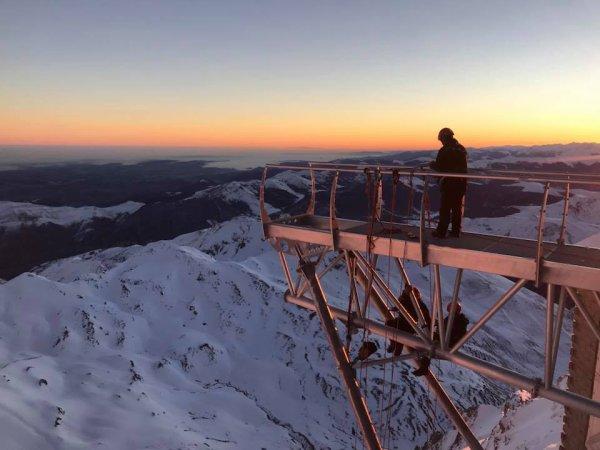 L'IMAGE ASTRO DU JOUR : L'équipe de Mecamont Hydro pose la passerelle de 12m qui va devenir le belvédère du Pic du Midi et qui participent à la continuité de l'histoire du Pic…