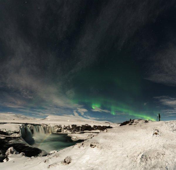 L'IMAGE ASTRO DU JOUR : UNE AURORE ARC-EN-CIEL ! Tout comme le Soleil fait tourner le temps sur Terre, l'activité solaire est responsable des perturbations dans notre environnement spatial, cela donne lieu à des aurores, qui sont produites par des particules atomiques chargées électriquement en provenance du Soleil en collision avec des particules chargées dans notre atmosphère. Le photographe britannique Ollie Taylor est en Islande, et il a capturé une magnifique image de paysage combinant un lac, une chute d'eau, un arc-en-ciel et une aurore verte, tous baignés de lumière lunaire. (Source ESA)