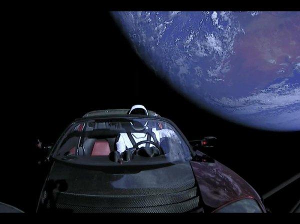 SPATIAL, LES IMAGES EXCEPTIONNELLES ! Le lanceur Falcon Heavy de SpaceX ou le coup de maître et de pub d'Elon Musk ! Succès pour le lancement inaugural de sa fusée, désormais la plus puissante en service ! Ce 6 février, les 27 moteurs de la Falcon Heavy ont parfaitement fonctionné. Le lanceur a mis sur orbite sa charge (IN)utile, à savoir une décapotable Tesla, dans laquelle avait été installé un mannequin habillé de la combinaison spatiale mise au point par SpaceX. (Sources SpaceX)