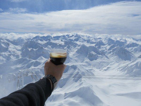 MISSION AU PIC DU MIDI : Un petit café face aux Pyrénées ! On va pouvoir observer le Soleil, il est là et bien là ! Bonne après-midi...
