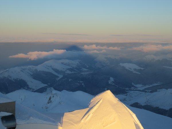 MISSION AU PIC DU MIDI : Photos du jour : L'ombre du Pic du Midi et le coucher du Soleil. Le télescope solaire CLIMSO et le labo avec sur les écrans, quatre images solaire du jour. Visite insolite.