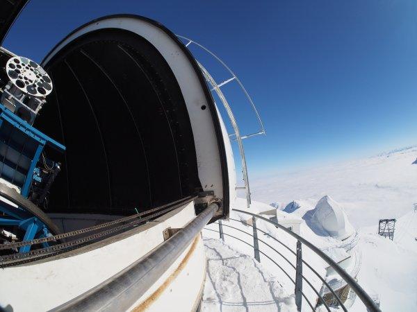 MISSION AU PIC DU MIDI : IMAGES CLIMSO DU DERNIER JOUR. Observez sur ces trois images prises à 8h19, 10h52 et 12h24, l'évolution de la protubérance en haut à droite qui retombe en arche sur le disque solaire. Estimation de cette protu 50.000km de haut pour 100.000km de large ! Photos suivantes le Télescope CLIMSO dans sa coupole, et la coupole solaire au couchant…