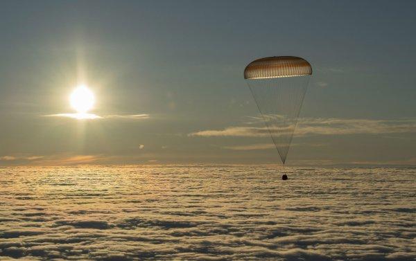 L'INFO ASTRO & L'IMAGE DU JOUR : LA CAPSULE DE RETOUR DU SOYOUZ. L'occasion d'un cliché d'une rare beauté ! Après 168 jours passés dans la station spatiale internationale, les Américains Joe Acaba et Mark Vande Hei, ainsi que le Russe Alexander Misurkin sont revenus sur Terre sans encombre ce mercredi 28 février 2018. Si le retour vers le plancher des vaches à bord d'un vaisseau Soyouz (ici, le MS-06) semble une routine, c'est parfois l'occasion de quelques beaux clichés. Ce matin, la steppe du Kazakhstan était recouverte d'une belle couche de brume. Mais juste au-dessus, depuis l'un des hélicoptères de récupération des astronautes, le photographe de la Nasa Bill Ingalls a saisi cet instantané magique. Le module de retour du Soyouz est suspendu à son parachute, au-dessus de la mer de nuages, avec le Soleil levant en arrière-plan, qui donne à la scène sa coloration dorée. (Sources : NASA-Bill Ingalls-C&E)