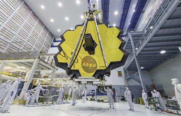 ESPACE INFO : NOUVEAU RETARD POUR LE TÉLESCOPE JWST le remplaçant d'Hubble, vient d'annoncer la NASA. D'abord prévu pour octobre 2018, puis pour le printemps 2019, on sait désormais que le télescope spatial, le James Webb Space Telescope (JWST) ne s'envolera pas avant juin 2019. Le projet, qui a déjà connu des turbulences, est dans une phase critique : celle de l'assemblage et du test du bouclier thermique. Selon le rapport, les essais ont pris du retard car des anomalies sont apparues sur la membrane du bouclier lors de déploiement. En plus de cette étape très délicate, des problèmes sur les propulseurs ont encore retardé le planning. Avec tous ces imprévus, le budget de 8 milliards de dollars voté par le congrès américain pourrait être dépassé et rendre l'aventure du JWST encore plus incertaine ! Photo d'HUBBLE et en dessous JWST (Sources NASA)