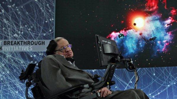 Hommage à Stephen Hawking : une brève histoire d'un scientifique hors norme ! Le grand physicien Stephen Hawking vient de s'éteindre. Devenu une légende de la physique, il fut aussi un talentueux vulgarisateur. Retour sur la vie hors du commun de ce savant attachant. Cloué dans un fauteuil et s'exprimant via un ordinateur, Stephen Hawking, qui est décédé mercredi 14 mars 2018 à 76 ans, a consacré sa vie à percer les secrets de l'univers et à populariser l'astrophysique, au point d'en devenir une star. « Je suis certain que mon handicap a un rapport avec ma célébrité. Les gens sont fascinés par le contraste entre mes capacités physiques très limitées et la nature extrêmement étendue de l'univers que j'étudie », disait le scientifique contemporain certainement le plus célèbre du monde. Stephen Hawking est né à Oxford le 8 janvier 1942, 300 ans jour pour jour après la mort de Galilée. Son père, biologiste, souhaite qu'il suive ses pas en étudiant la médecine à Oxford. Mais le jeune Stephen s'est déjà pris de passion pour les mathématiques. Cette matière n'étant pas enseignée dans la prestigieuse université, il opte pour la physique. Au bout de trois ans, il part pour Cambridge, afin d'y poursuivre des recherches en astronomie. Peu après son 21e anniversaire, il apprend qu'il souffre d'une maladie dégénérative paralysante, la sclérose latérale amyotrophique (SLA) ou maladie de Charcot. Les médecins ne lui donnent que deux ans à vivre. Ne sachant même pas s'il pourra achever sa thèse de doctorat, il plonge dans une profonde dépression, dont il ne sort que grâce à sa rencontre avec une étudiante en linguistique, Jane Wilde, qu'il épouse en 1965. Le couple, qui divorcera 30 ans plus tard, aura trois enfants. Stephen Hawking épousera en seconde noces Elaine Mason, dont il se séparera au bout de onze ans, en 2006. Son corps décline inexorablement. En 1974, il est incapable de se nourrir ou de sortir de son lit par lui-même. En 1985, il perd définitivement l'usage de la parol