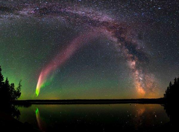 L'IMAGE & L'INFO ASTRO DU JOUR : LE PHÉNOMÈNE STEVE ! Un étrange ruban scintillant de lumière violette dans le ciel nocturne, a été découvert en 2016, mais maintenant, grâce à la mission SWARM de l'ESA, on en sait plus sur cette caractéristique étrange de l'aurore nommé STEVE ! Les aurores se forment lorsque notre champ magnétique guide l'énergie et les particules atomiques dans le vent solaire autour de la Terre et vers les pôles Nord et Sud. Lorsque ces particules entrent en collision avec des atomes et des molécules dans la haute atmosphère, les ondes familières de la lumière verte lumineuse de l'aurore boréale et de l'aurore australe apparaissent dans le ciel nocturne. Les aurores sont généralement des verts, des bleus et des rouges et peuvent durer des heures. STEVE est une traînée mauve et reste dans le ciel pendant un temps relativement court. Les mesures de SWARM montrent que STEVE voyage le long de différentes lignes de champ magnétique et peut donc apparaître à des latitudes beaucoup plus basses où l'alignement des champs électriques et magnétiques globaux fait rapidement circuler les ions et les électrons. Fait intéressant, les scientifiques connaissent cette dérive depuis des décennies, mais ignoraient qu'il y a un effet visuel. Quant au nom de STEVE, qui a été donné par des scientifiques citoyens, est un acronyme de « Strong Thermal Emission Velocity Enhancement ». (Source ESA)