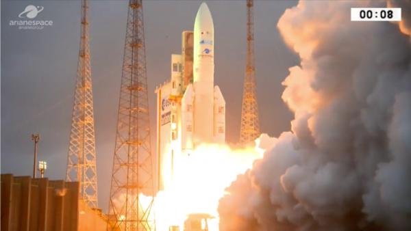 ESPACE INFO : SUCCÈS POUR LA 98e MISSION D'ARIANE 5. Le décollage hier depuis le port spatial de l'Europe à Kourou, en Guyane française a permis de placer en orbite deux satellites. La mission a duré environ 33 minutes. DSN-1/Superbird-8, avec une masse de lancement de 5.348kg, a été placé après environ 25 minutes, il est exploité par Sky Perfect JSAT, fournira des services de communication pour le Japon. Le satellite a une durée de vie de plus de 15 ans. Hylas-4, exploitée par Avanti, fournit des services à large bande et de connectivité à l'Afrique et à l'Europe. Le satellite a une durée de vie de 15 ans. La performance demandée pour ce lancement était d'environ 10.260kg. Les satellites ont totalisé environ 9.398kg, avec des adaptateurs de charge utile et des structures de soutien constituant le reste. (Source ARIANESPACE)