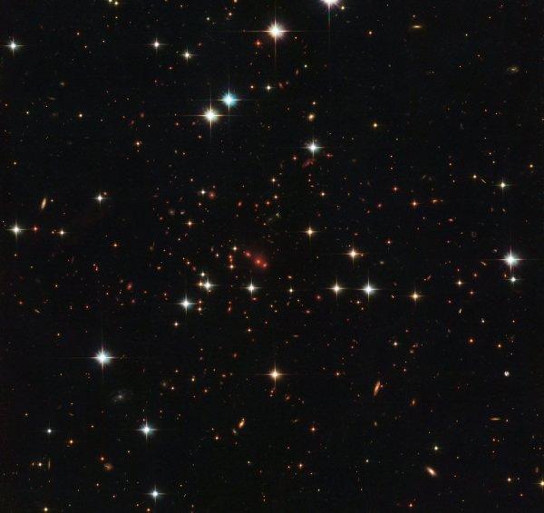 L'IMAGE & L'INFO ASTRO DU JOUR : APPROCHER LES ORIGINES DE L'UNIVERS ! Cette image intrigante du télescope spatial HUBBLE de la NASA montre un massif de galaxies appelé PSZ2 G138.61-10.84, à environ six milliards d'années-lumière. Les galaxies ne sont pas réparties aléatoirement dans l'espace, mais plutôt agrégées en groupes, en grappes et en super-amas. Ces derniers s'étendent sur des centaines de millions d'années-lumière et contiennent des milliards de galaxies. Notre propre galaxie, par exemple, fait partie du groupe local, qui à son tour fait partie d'un autre groupe... C'est grâce à Hubble que nous avons pu étudier des superstructures galactiques massives telles que la Grande Muraille Hercules-Corona Borealis; un amas de galaxies géantes qui contient des milliards de galaxies et s'étend sur 10 milliards d'années-lumière, ce qui en fait la plus grande structure connue de l'Univers ! (Sources NASA-HUBBLE-ESA)