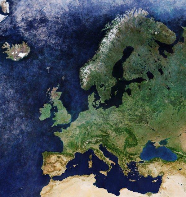 LA TERRE VUE DE L'ESPACE : EUROPE SANS NUAGE ! Cette mosaïque d'images sans nuage du satellite Copernicus Sentinel-3A couvre tout le continent européen, et plus encore. La vue s'étend de l'Islande au nord-ouest à la Scandinavie et la Russie au nord-est, et des pointes nord de la Norvège et de la Finlande jusqu'à l'Algérie, la Libye et l'Égypte. Alors que l'océan et l'instrument de couleur terrestre du satellite représentent le vert de l'été dans de nombreuses régions d'Europe, la sécheresse de l'été, notamment au sud, est également visible dans certaines régions d'Espagne, d'Italie et de Turquie. La mission Sentinel-3 observe notre planète pour comprendre les dynamiques environnementales à grande échelle, pour mesurer nos océans, nos terres et nos glaces. Sur terre, cette mission innovante est utilisée pour cartographier la façon dont les terres sont utilisées, fournir des indices de végétation, surveiller les feux de forêt et mesurer la hauteur des rivières et des lacs. Au-dessus des océans, il mesure la température, la couleur et la hauteur de la surface de la mer ainsi que l'épaisseur de la glace de mer. L'image, composée de scènes capturées entre Mars et décembre 2017. (Sources ESA-Copernic Sentinel)