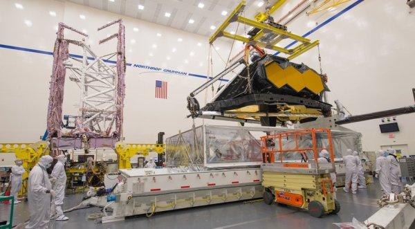 L'IMAGE & L'INFO ASTRO DU JOUR : NOUVELLE AVARIE DU JAMES WEBB SPACE TÉLESCOPE, LE REMPLAÇANT D'HUBBLE ! La Nasa a annoncé que de la visserie se serait échappée du cache protégeant le bouclier thermique. La liste des problèmes rencontrés par le télescope spatial James Webb (JWST) s'allonge. Après des défaillances au niveau des propulseurs et du bouclier thermique, voilà que le futur observatoire à plus de 8 milliards de dollars perd sa visserie. C'est lors d'un déplacement de l'engin, en vue d'un test dans une chambre à vibration, que des techniciens ont aperçu des vis, ainsi que des rondelles au sol. Elles proviendraient de l'élément qui protège le bouclier thermique avant son déploiement. Les ingénieurs planchent sur l'origine du problème et sur un moyen de le contourner. En attendant, la Nasa reste optimiste et pense que ce nouvel incident ne devrait pas retarder le lancement du JWST prévu pour 2020 ! (Source ESA-NASA)