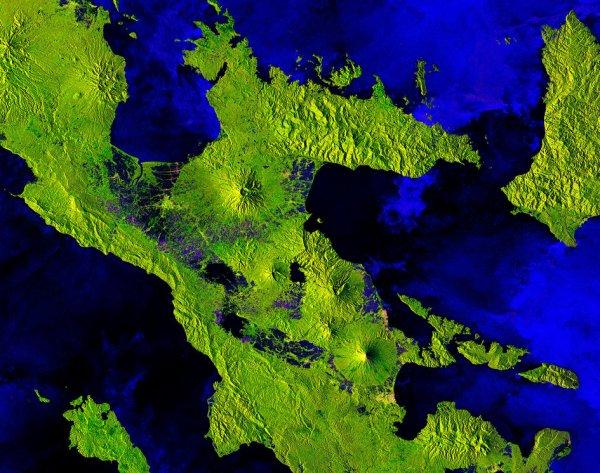 LA TERRE VUE DE L'ESPACE : MOUNT MAYON, PHILIPPINES. Le satellite Copernicus Sentinel-1B nous emmène sur les volcans les plus actifs du monde: le mont Mayon sur l'île de Luzon aux Philippines. Luzon est la plus grande île des Philippines et abrite la plupart des volcans actifs du pays. Ce volcanisme est associé à des processus de tectonique des plaques où le plancher de la mer de Chine méridionale est entraîné dans le manteau le long de la fosse de Manille, qui se trouve à l'ouest de l'île. L'image montre juste une partie de l'extrémité sud de cette grande île, mais comporte pas moins de cinq volcans. Alors que le Mont Mayon - le volcan le plus au sud de l'image - est célèbre non seulement pour être parfaitement formé, mais aussi pour être l'un des plus actifs au monde, les quatre autres volcans de l'image sont soit dormants, soit éteints. Volcan parfait en raison de sa symétrie, le mont Mayon a une forme conique classique, accumulée par de nombreuses couches de lave durcie. Il éclate fréquemment avec l'éruption la plus récente survenue en janvier 2018, la ligne rose qui coule sur le flanc sud-est du volcan correspond à une coulée de lave. À partir de satellites tels que Sentinel-2. Le vert vif prédominant dans l'image correspond à la végétation, le vert et le rose plus clairs aux villes et le bleu aux champs cultivés. (Sources ESA-Copernic Sentinel)