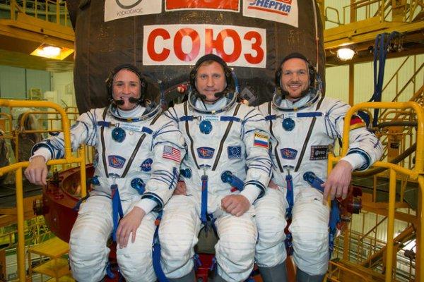 L'IMAGE & L'INFO ASTRO DU JOUR : L'astronaute de l'ESA Alexander GERST, à droite, s'envolera le 6 juin, aux côtés du commandant de bord Sergueï Prokopyev, de Roskosmos, et de l'astronaute de la NASA Serena Auñón-Chancellor. Le trio décollera du cosmodrome de Baïkonour (Kazakhstan) et parviendra à la Station deux jours plus tard, ce qui marquera le début de la mission Horizons d'Alexander Gerst, et constituera son deuxième séjour dans l'espace, qui sera par ailleurs le deuxième astronaute de l'ESA à assurer le commandement de la Station spatiale internationale. Le programme scientifique ne comporte pas moins de 50 expériences européennes dont on attend des retombées bénéfiques sur Terre et qui contribueront à préparer l'avenir de l'exploration spatiale. (Source ESA)