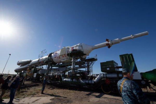 L'IMAGE & L'INFO ASTRO DU JOUR : LE VAISSEAU SPATIAL SOYOUZ MS-09, A L'INTÉRIEUR DE LA FUSÉE SOYOUZ FG. La fusée de près de 50 mètres de haut est transportée par train depuis le cosmodrome de Baïkonour jusqu'à la rampe de lancement, un trajet qui prend quelques heures. L'équipage est traditionnellement interdit de regarder le déploiement, car il est considéré comme de la malchance. Une fois au pas de tir, le Soyouz est mis en position de lancement et sera alimenté environ 5 heures avant le lancement de demain. Décollage prévu pour l'astronaute de l'ESA Alexander Gerst, l'astronaute Serena Auñón-Chancellor de la NASA et le commandant Sergueï Prokopyev demain à 13h12. (Source ESA)