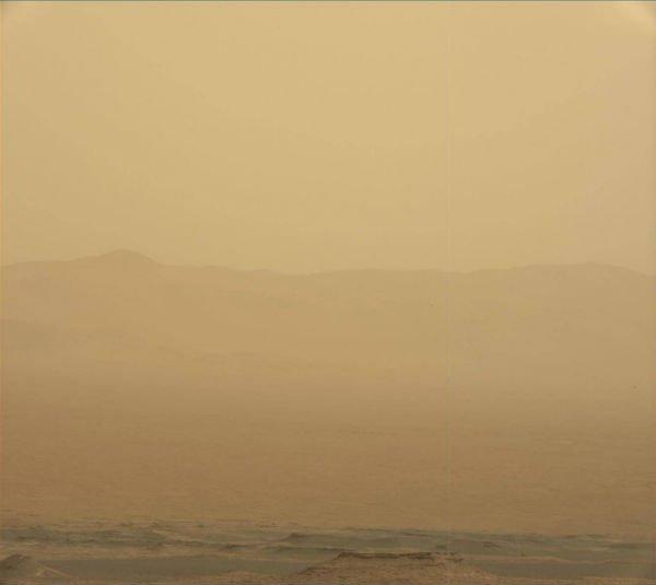L'IMAGE & L'INFO ASTRO DU JOUR : LE ROVER MARTIEN OPPORTUNITY PRIS DANS UNE TEMPÊTE GÉANTE ! Une tempête géante sévit depuis le 1er juin sur la planète Mars, dans la vallée de la Persévérance, où se trouve le rover Opportunity. Pour préserver son énergie et ses batteries, l'engin a arrêté ses missions scientifiques et tente de résister au déferlement de la météo martienne. Sur la première image la tempête vue par le robot depuis le cratère de Gale, le 3 juin 2018. Sur la suivante, le même paysage, le 10 juin alors que la tempête prenait de l'ampleur ! (Sources Nasa/JPL-Caltech/MSSS)