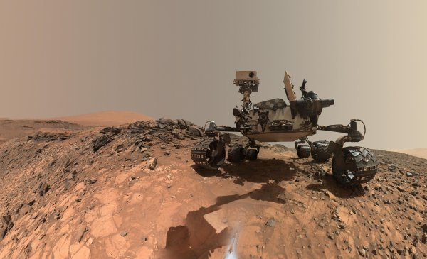 L'IMAGE & L'INFO ASTRO DU JOUR : VIE SUR MARS : « CURIOSITY FAIT DEUX DÉCOUVERTES CAPITALES » Grâce à son instrument SAM, opéré depuis le CNES de Toulouse, le rover Curiosity a identifié du méthane et de nombreuses molécules organiques sur Mars. En fait, Curiosity s'est remis à forer sur Mars depuis peu de temps après avoir eu de nombreuses difficultés pendant toute l'année 2017. Cette fois-ci, l'instrument SAM (Sample Analysis at Mars) a détecté 100 fois plus de molécules organiques qu'auparavant dans le sol, à 5 cm de profondeur, et surtout des molécules beaucoup plus complexes : du thiophène, du benzène, du toluène… On est là, au c½ur des objectifs de la mission de Curiosity qui est d'avancer sur la problématique de l'émergence de la vie sur Mars. Si la vie est apparue sur Mars, elle est forcément passée par une phase de chimie organique complexe, c'est ce que vient de trouver Curiosity. Concernant la 2e découverte, en analysant l'atmosphère martienne, cette fois-ci, SAM a permis de confirmer un fond d'émanations de méthane régulier et surtout une corrélation saisonnière sur la planète Mars. L'origine de ce méthane reste inconnue, elle est soit minéralogique, soit biologique. Malgré ces 2 résultats importants, on ne peut toujours pas affirmer qu'il y a ou qu'il y a eu de la vie sur Mars. C'est trop tôt! Le rover Curiosity a parcouru 18 km sur la planète Mars depuis son arrivée en 2012. (Sources NASA/JPL-Caltech/MSSS-CNES)