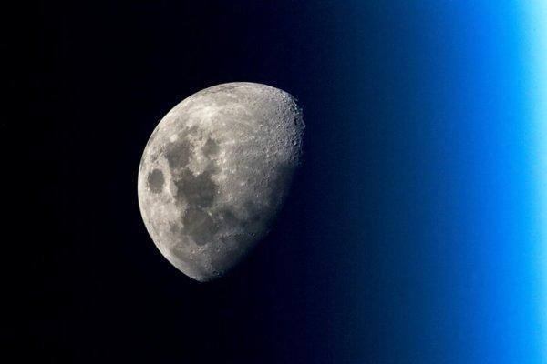 L'IMAGE ASTRO DU JOUR : LA LUNE DEPUIS LA SSI, TOUJOURS AUSSI BELLE ! Cette image de la Lune a été prise par l'astronaute de l'ESA Alexander GERST depuis la Station Spatiale Internationale dans le cadre de sa mission actuelle, Horizons. (Sources NASA-ESA-SSI)