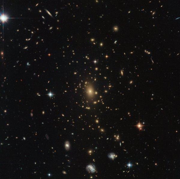 L'IMAGE & L'INFO ASTRO DU JOUR : ZOOM SUR L'UNIVERS PRIMITIF ! Une image d'HUBBLE. Cette occupée est un trésor de merveilles. Des étoiles brillantes de la Voie lactée brillent au premier plan, les magnifiques tourbillons de plusieurs galaxies spirales sont visibles, et un assortiment lumineux d'objets au centre forme un amas de galaxies massif. De tels amas sont les plus gros objets de l'Univers qui sont maintenus ensemble par la gravité, et peuvent contenir des milliers de galaxies de toutes formes et tailles. Typiquement, ils ont une masse d'environ un million de milliards de fois la masse du Soleil - inimaginablement énorme! Leur masse incroyable fait des grappes des outils naturels très utiles pour tester les théories en astronomie, telles que la théorie de la relativité générale d'Einstein. Cela nous dit que les objets avec la masse déforment le tissu de l'espace-temps autour d'eux; plus l'objet est massif, plus la distorsion est importante. Un énorme amas de galaxies comme celui-ci a donc une énorme influence sur l'espace-temps, déformant même la lumière des galaxies plus lointaines pour modifier la forme apparente d'une galaxie, créer des images multiples et amplifier la lumière de la galaxie. (Sources NASA-HUBBLE-ESA)