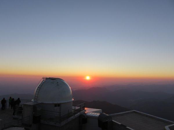 UNE JOURNEE AU SOMMET DU PIC DU MIDI avec un lever de notre étoile bien calme dans le silence du vent, presque intimiste, et un coucher de Soleil festif avec The Aveners et plus de 800 personnes au sommet !