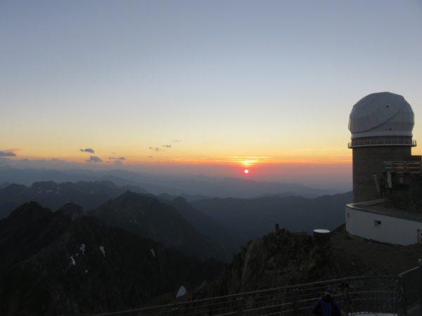 FIN DE MISSION AU PIC DU MIDI avec un très beau coucher de Soleil pour clôturer la semaine d'observations sur CLIMSO, dans la coupole solaire pour la surveillance de la surface et de la couronne du Soleil.