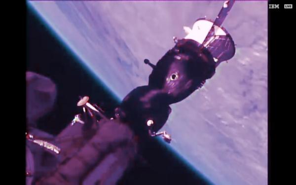 L'IMAGE & L'INFO ASTRO DU JOUR : UNE FUITE D'AIR A BORD DE L'ISS !! La fuite se trouve dans le vaisseau Soyouz MS-09, dans le module oribtal (le compartiment central sur la photo). De l'air s'échappe de l'ISS depuis la nuit du 29 août 2018, entraînant une lente dépressurisation de l'habitacle. Heureusement, l'équipage n'est pas en danger et a localisé la fuite. La faute à une micrométéorite ? Ou pire, à un débris spatial — comme dans le scénario du film catastrophe Gravity ? Toujours est-il qu'une fuite d'air a été détectée sur la station spatiale internationale (ISS). L'équipage a été alerté par le centre de contrôle de Houston qu'une baisse de pression avait été mesurée le 29 août 2018 à 1 heure du matin, heure française. Jugeant le problème sans danger pour l'équipage actuellement à bord, la Nasa toutefois a autorisé les six astronautes à dormir selon leur habitude. À leur réveil, Alexander Gerst et ses cinq collègues ont entrepris de trouver l'origine de la fuite sous les ordres de la Nasa et de l'agence spatiale russe. Ils ont confiné chaque compartiment jusqu'à atteindre la capsule Soyouz MS-09 amarrée au module russe MRM-1. En inspectant scrupuleusement les parois du Soyouz, les astronautes ont localisé deux trous de 1,5 mm de diamètre dans le module orbital (qui ne sert pas au retour sur Terre et qui ne compromet donc pas l'utilisation future de ce vaisseau). L'origine de cette perforation n'est pas encore identifiée : les astronautes ont envoyé une photo au centre de contrôle pour qu'il soit procédé à une analyse. Les premières théories penchent pour un impact dû à une micrométéorite ou à un débris spatial. Dans l'attente d'une solution plus définitive, les astronautes ont bouché le trou avec du ruban adhésif. Actuellement, l'air s'échappe toujours de l'ISS, mais à un débit très faible, ce qui laisse plusieurs semaines aux astronautes pour colmater la fuite. (Sources NASA-ISS-C&E)
