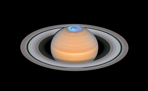 L'IMAGE & L'INFO ASTRO DU JOUR : SATURNE ET SES AURORES BORÉALES (image composite) Cette image est un composite d'observations faites de Saturne au début de 2018 dans l'optique et des aurores boréales dans la région du pôle Nord de Saturne. Contrairement aux aurores de la Terre, les aurores de Saturne ne sont visibles que dans l'ultraviolet - une partie du spectre électromagnétique bloqué par l'atmosphère terrestre - mais étudier par les astronomes avec le télescope spatial HUBBLE de la NASA. (Sources NASA-HUBBLE-ESA)