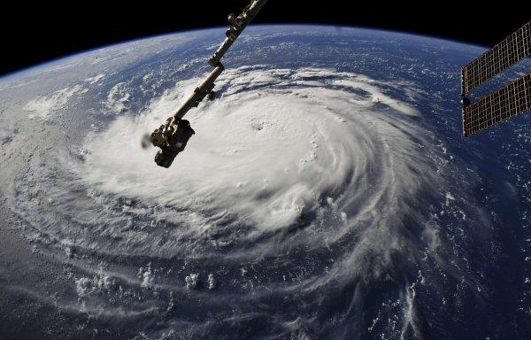 L'IMAGE & L'INFO ASTRO DU JOUR : OURAGAN FLORENCE: Un million d'Américains se préparent à évacuer ! Un monstre s'approche des côtes américaines. En une journée, la tempête tropicale Florence s'est renforcée pour devenir un ouragan de catégorie 4, lundi. Face à des vents de 220 km/h et aux inondations majeures prévues, trois États, la Caroline du Sud, la Caroline du Nord et la Virginie, ont déclaré l'état d'urgence avec des premières évacuations ordonnées lundi sur le littoral. Au total, elles concernent plus d'un million d'habitants. L'ouragan devrait frapper l'Est des États-Unis à partir de mercredi soir… Photo depuis la Station spatiale internationale. (Sources Nasa/Sipa)
