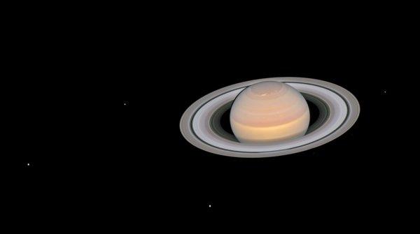 L'IMAGE & L'INFO ASTRO DU JOUR : SATURNE ET SES LUNES, par HUBBLE La sonde Cassini a terminé sa mission de 13 ans, le 15 septembre 2017, date à laquelle elle a plongé dans l'atmosphère du géant de gaz, mais le télescope spatial HUBBLE de la NASA garde toujours un ½il sur la planète aux anneaux. Cette image composite montre Saturne et ses anneaux entièrement illuminés, ainsi que six de ses 62 lunes connues. Les lunes visibles sont (de gauche à droite) Dione, Encelade, Tethys, Janus, Epimetheus et Mimas. Dione est la plus grande lune sur la photo, avec un diamètre de 1123 km, comparée à la plus petite et étrange forme d'Epimetheus, avec un diamètre d'environ 116 km. Au cours de la mission de Cassini, Enceladus a été identifiée comme l'une des lunes les plus intrigantes, avec la découverte de jets de vapeur d'eau sortant de la surface, ce qui implique l'existence d'un océan sous la surface. Des lunes de glace avec des océans sous la surface pourraient potentiellement offrir les conditions nécessaires pour héberger la vie, et comprendre leurs origines et leurs propriétés est essentiel pour approfondir notre connaissance du système solaire. Le « Jupiter ICy moons Explorer » (Juice) de l'ESA, dont le lancement est prévu en 2022, vise à poursuivre ce thème en étudiant les lunes océaniques de Jupiter: Ganymède, Europe et Callisto. (Sources NASA-HUBBLE-ESA)