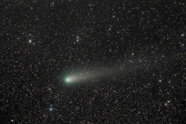 L'IMAGE & L'INFO ASTRO DU JOUR : Comète 21P en approche rapprochée ! Quelque chose de petit et de vert a récemment traversé nos cieux. Le 10 septembre, la comète 21P / Giacobini-Zinner s'est rapprochée du Soleil, à 151 millions de kilomètres de notre étoile et à seulement 58,6 millions de kilomètres de la Terre (environ un tiers de la distance au soleil). Découverte en 1900, cette petite comète réapparaît tous les 6,6 ans. Avec seulement deux kilomètres de diamètre, la queue cométaire de 21P contient un flux de «miettes cométaires» et, alors que la Terre se déplace à travers ce flux de débris, elle crée la pluie de météorites Draconid qui culmine chaque année vers le 8 octobre. Cette superbe image a été prise le 9 septembre 2018 par Greg Ruppel, dans son observatoire robotique à Animas, au Nouveau-Mexique. (Source ESA)