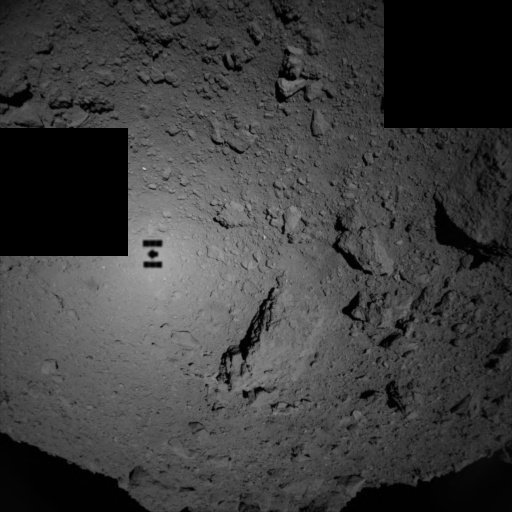 L'IMAGE & L'INFO ASTRO DU JOUR : Un selfie ténébreux pris à 180 millions de kilomètres de la Terre, ce 21 septembre 2018. Après des années de planification et 4 ans de vol, ce minuscule vaisseau spatial Hayabusa2 a capturé ce 'selfie' en se rapprochant de seulement 80 mètres l'astéroïde Ryugu ! Le vaisseau spatial Hayabusa2 est exploité par l'Agence spatiale japonaise (JAXA). Le vaisseau spatial transporte quatre petits atterrisseurs qui exploreront la surface de l'astéroïde, tous les quatre conçus pour tomber doucement sur la surface du rocher rocheux, profitant de son environnement à faible gravité. Le vaisseau spatial Hayabusa2 collectera lui-même trois échantillons de Ryugu, les ramenant sur Terre en décembre 2020. Ces spécimens étranges donneront un aperçu de la composition de cet astéroïde carboné - un type de roche spatiale censé préserver certains des matériaux les plus vierges. (Source ESA-JAXA)