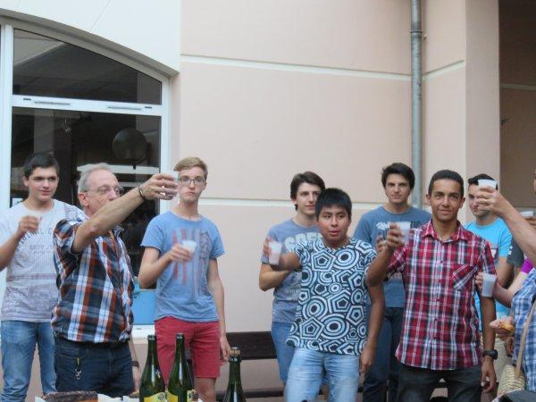 LES IMAGES & L'INFO ASTRO DU JOUR : UN GRAND MERCI A L'ASSOCIATION DES PARENTS D'ÉLÈVES DE SAINT SAINT-JOSEPH PEYRAMALE ! REPRISE DES ATELIERS DE L'ASTRO CLUB LOURDAIS avec une belle surprise ! Ce vendredi 28 septembre pour la reprise des ateliers avec le groupe des lycéens et étudiants du club, la présidente, Mme Rose Baldini, et les membres de l'APEL, ont remis à l'Astro Club Lourdais un chèque d'un montant de 7.000¤, pour l'aménagement des nouvelles salles du futur pôle astronomie, en construction actuellement dans le collège !