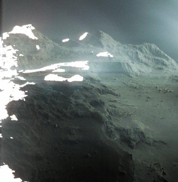 L'IMAGE & L'INFO ASTRO DU JOUR : PAYSAGE DE COMÈTE, RETOUR EN ARRIÈRE ! Le 30 septembre 2016, l'engin spatial Rosetta de l'ESA s'est plus que jamais approché de la cible étudiée depuis plus de deux ans, concluant sa mission avec un impact maîtrisé sur la surface de la comète 67P/Churyumov-Gerasimenko dite Tchoury. Ce deuxième atterrissage de la comète faisait suite à l'initiative novatrice de l'atterrisseur de Rosetta, Philae, qui est devenue la première sonde à avoir réussi à toucher une comète le 12 novembre 2014. Cette image montre une portion de Tchoury vue par Rosetta le 22 septembre 2014. À l'époque, le vaisseau spatial se trouvait à 28,2 km du centre des comètes (environ 26,2 km de la surface). Au centre et à gauche du cadre se trouve Seth, l'une des régions géologiques du plus grand des deux lobes de la comète, qui se dégrade vers la région plus lisse de Hapi. Le paysage en arrière-plan révèle des traces des régions de Babi et d'Aker. Le profil aigu dans la partie inférieure de l'image montre la falaise d'Assouan, une cicatrice de 134m de haut qui sépare les régions de Seth et de Hapi. Les observations effectuées par Rosetta peu de temps avant le périhélie de la comète, qui a eu lieu le 13 août 2015, ont révélé l'effondrement d'une partie de cette falaise, conséquence d'une activité accrue alors que la comète se rapprochait du Soleil le long de son orbite. (Source ESA)