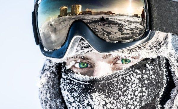 L'IMAGE & L'INFO ASTRO DU JOUR : La station de recherche CONCORDIA dans l'Antarctique… La perfection ! L'espace est peut-être la dernière frontière de l'exploration humaine, mais ce n'est certainement pas la seule frontière. Les régions isolées de la Terre, comme l'Antarctique, continuent d'attirer des chercheurs et des explorateurs pour leur potentiel d'un autre monde, où les scientifiques rassemblent des données sur la glaciologie, la sismologie, les changements climatiques et les étoiles. La station de recherche franco-italienne CONCORDIA est l'une des trois stations ouvertes à l'année. Elle est située sur le Dôme C, un plateau situé à 3.200m environ. Isolés du monde dans des conditions inhospitalières, les membres de l'équipe qui y sont stationnés doivent faire face à des températures pouvant chuter jusqu'à -80° C en hiver, avec une température moyenne annuelle de -50° C. L'air étant extrêmement sec, les couleurs, les odeurs et les sons sont quasi inexistants, ce qui ajoute au sentiment de solitude. En d'autres termes, CONCORDIA est parfait. La fine atmosphère, le ciel dégagé et la pollution lumineuse autour de Concordia en font un lieu privilégié pour l'observation de l'univers. La position très au sud de l'Antarctique le rend également idéal pour l'étude du champ magnétique de la Terre. Et puis il y a le facteur humain. Malgré toutes les difficultés de la vie en Antarctique, jusqu'à 16 personnes vivent environ une année à la fois à Concordia au nom de la science. En plus d'aider à la réalisation d'autres expériences et à la maintenance des stations, ils constituent eux-mêmes une expérience. Et l'ESA envoie un médecin à Concordia pour étudier l'équipage. L'altitude, l'isolement et la privation sensorielle peuvent bouleverser l'horloge biologique des membres de l'équipage et nuire à une bonne nuit de sommeil. Les chercheurs en suivent les effets sur le corps et l'esprit humains, ce qui s'ajoute aux données collectées sur les astronautes de la Station spatiale in