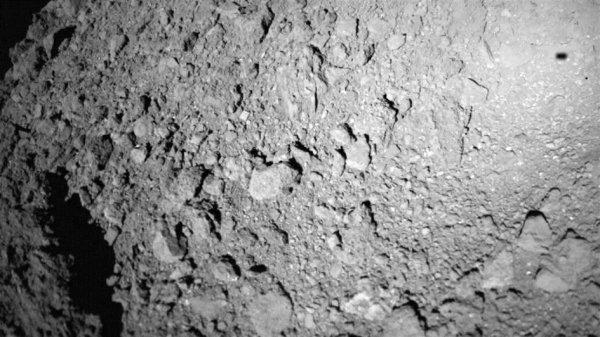 L'IMAGE & L'INFO ASTRO DU JOUR : UN TROISIÈME ROVER SUR L'ASTÉROÏDE RYUGU ! L'astéroïde Ryugu, un ancien rocher de l'espace situé à environ 300 millions de kilomètres de la Terre, abrite maintenant trois habitants nés sur Terre qui rebondissent sur sa surface rocheuse. Au petit matin du 3 octobre 2018, l'éclaireur de surface d'astéroïdes mobiles (MASCOT) est doucement tombé sur la surface de l'astéroïde, rejoignant ainsi ses frères et s½urs japonais, les rovers MINERVA-II 1-A et 1-B. Cette image remarquable a été prise lors de la descente de MASCOT, 5 minutes après la séparation de sa sonde et à 20 mètres de son dernier lieu de repos. En haut à droite, on peut voir l'ombre floue de MASCOT, se détachant du détail net de la surface rugueuse de Ryugu. Développé par le Centre aérospatial allemand (DLR) en coopération avec l'agence spatiale française CNES, on pensait à l'origine que MASCOT avait assez de puissance pour explorer le rocher long d'un kilomètre en seulement 12 heures. Cependant, le rover aventureux a ravi son équipe en inspectant la surface de Ryugu pendant plus de 17 heures, en effectuant un rebond supplémentaire et en renvoyant toutes les données recueillies au navire mère, Hayabusa2. (Source ESA-AXA)