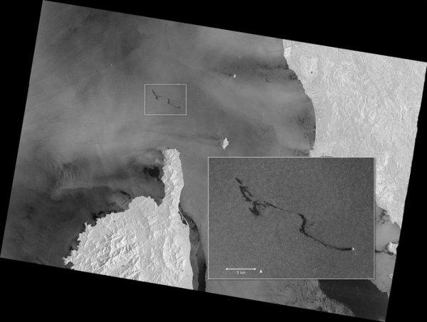 L'IMAGE ET L'INFO ASTRO DU JOUR : Nappe méditerranéenne! Le Satellite Copernicus Sentinel-1 a photographié ce matin du 9 octobre, le déversement de pétrole en Méditerranée à la suite d'une collision entre deux navires de commerce le dimanche 7 octobre 2018. Un cargo tunisien aurait heurté la coque d'un porte-conteneurs chypriote dans les eaux situées au nord de l'île française de Corse. Il n'y a pas eu de victimes, mais la collision a provoqué une fuite de carburant qui a entraîné une marée noire de 20 km de long. Bien que la collision se soit produite dans les eaux françaises, l'opération de nettoyage fait partie d'un pacte conjoint entre la France, l'Italie et Monaco visant à lutter contre les accidents de pollution en Méditerranée. (Sources ESA-SENTINELLE-COPERNICUS)
