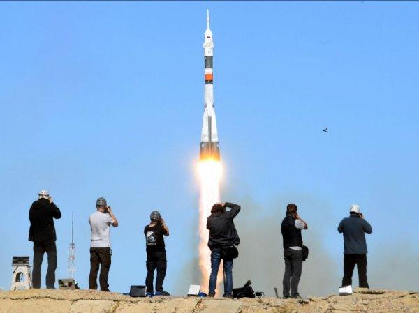 L'IMAGE & L'INFO ASTRO DU JOUR : SOYOUZ MS 10 ECHOUE A REJOINDRE L'ISS ! Les astronautes Alexeï Ovchinin et Nick Hague, partis ce 11 octobre 2018 de Baïkonour à bord du Soyouz MS10 ont dû revenir sur Terre prématurément, seulement quelques minutes après leur lancement à cause d'une défaillance de leur fusée. Ils devaient séjourner six mois à bord de la station spatiale internationale, mais ils n'auront fait qu'une courte incursion au-delà de l'atmosphère. L'Américain Nick Hague et le Russe Alexeï Ovchinin ont bien décollé de Baïkonour à 10 h 41 ce 11 octobre 2018, sous un beau Soleil et dans un ciel sans nuage. Pourtant, malgré un lancement en apparence réussi, seulement six minutes plus tard, ils ont rapporté une anomalie. Ils ont ressenti l'apesanteur durant la phase d'ascension, ce qui signifiait un mauvais fonctionnement de leur propulseur. Visiblement, selon les images vidéo du lancement, un incident s'est produit plus de deux minutes après le décollage, lors de la séparation des quatre boosters du premier étage. Cet incident a pu entrainer un mauvais fonctionnement de l'étage central qui a cessé de propulser correctement la fusée. En tout état de cause, la vitesse étant insuffisante pour la satellisation, l'équipage a opéré un retour dans l'atmosphère en mode balistique (sur la lancée de la capsule, sans aucune propulsion) vraisemblablement après avoir procédé à l'éjection du vaisseau grâce aux fusées de secours. Trente minutes après le décollage, le vaisseau a atterri sous son parachute à 20 km à l'est de Dzhezkazgan, une ville du Kazakhstan située à un peu plus de 400 km de Baïkonour. Cette descente prématurée a vraisemblablement fait subir aux deux astronautes une accélération très forte (de l'ordre de 7 G, soit l'équivalent de sept fois leur propre poids). Cependant, les équipes de secours ont rapidement été en contact avec les deux hommes par radio et ont indiqué qu'ils étaient en bonne forme. Plusieurs équipes de secours sont postés à des intervalles rég