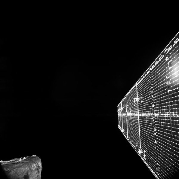 LES IMAGES & L'INFO ASTRO DU JOUR : BEPICOLOMBO DÉCOLLE POUR ALLER PERCER LES MYSTÈRES DE MERCURE : La mission BepiColombo de l'ESA et de la JAXA à destination de Mercure a décollé à bord d'une Ariane 5 depuis Kourou ce 20 octobre pour une mission audacieuse qui a pour but de percer les mystères de la planète la plus proche du Soleil. LE PREMIER SELFIE DE BEPICOLOMBO : Le module de transfert de Mercure de BepiColombo (MTM) a renvoyé sa première image de l'espace. La vue regarde l'un des panneaux solaires étendus, qui a été déployé plus tôt ce matin et confirmé par télémétrie. La structure située dans le coin inférieur gauche est l'un des capteurs solaires du MTM, l'isolant multicouche étant clairement visible. (Source ESA-JAXA)