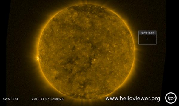 L'IMAGE & L'INFO ASTRO DU JOUR : TROUS CORONAUX A LA SURFACE DU SOLEIL ! Cette image de la sonde Proba-2 de l'ESA prise le mercredi 7 novembre à midi, montre des zones sombres dans la couronne solaire, appelées des « trous coronaux », c'est-à-dire des zones de champ magnétique ouvert dans la couronne du Soleil qui émettent des particules chargées sous forme de vent solaire à grande vitesse qui se propage dans l'espace. Lorsqu'il atteint la Terre, ce vent solaire peut affecter le fonctionnement des satellites en orbite. La bonne chose est que ce sont des événements prévisibles, car nous pouvons voir ces trous sur le disque solaire avant que le vent à grande vitesse frappe la Terre. La future mission Lagrange de l'ESA améliorera considérablement notre capacité à détecter ces trous et à prévoir les effets du vent solaire, en prévoyant un délai de trois à cinq jours. (Source ESA-PROBA2)