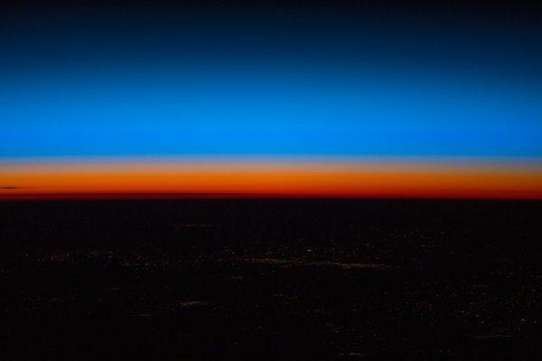 L'IMAGE & L'INFO ASTRO DU JOUR : FEUX CALIFORNIENS ! L'astronaute de l'ESA, Alexander Gerst, a capturé cette image de l'atmosphère sur la Californie en feu depuis la Station spatiale internationale ! (Source ESA-NASA-ISS)