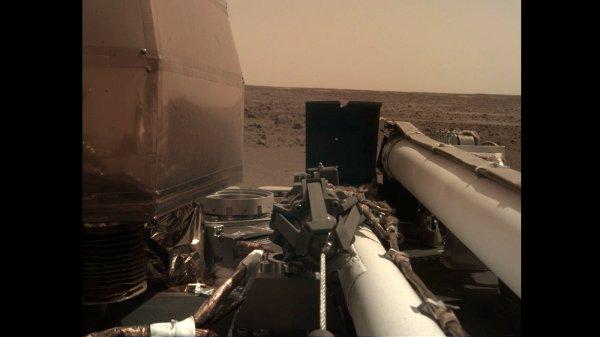 L'IMAGE & L'INFO ASTRO DU JOUR EN DIRECT DE MARS : INSIGHT VA BIEN ! Assure la Nasa. Quelques photos ont déjà été prises et l'atterrisseur arrivé sur Mars le 26 novembre va bientôt déployer ses principaux instruments scientifiques. InSight est équipé d'un bras articulé robotique, au bout duquel se trouve une pince à cinq doigts. Cette pince servira à prendre et à déposer les deux instruments d'InSight sur le sol martien, dans les trois prochains mois. Dans cette séquence la sonde déverrouille son bras robotique. (Sources NASA,JPL-CALTECH, ESA, CNES)