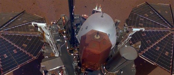 L'IMAGE & L'INFO ASTRO DU JOUR EN DIRECT DE MARS : UN PREMIER SELFIE POUR INSIGHT DEPUIS MARS ! Curiosity nous avait habitué à nous envoyer des autoportraits depuis le sol martien, le nouvel arrivant en a fait de même. La NASA a publié un premier selfie pour InSight. Il a été réalisé à partir de onze images prises avec la caméra situé sur le bras robotique de l'atterrisseur. Elles ont été assemblées pour former cette mosaïque de l'atterrisseur. (Sources NASA,JPL-CALTECH, ESA, CNES)