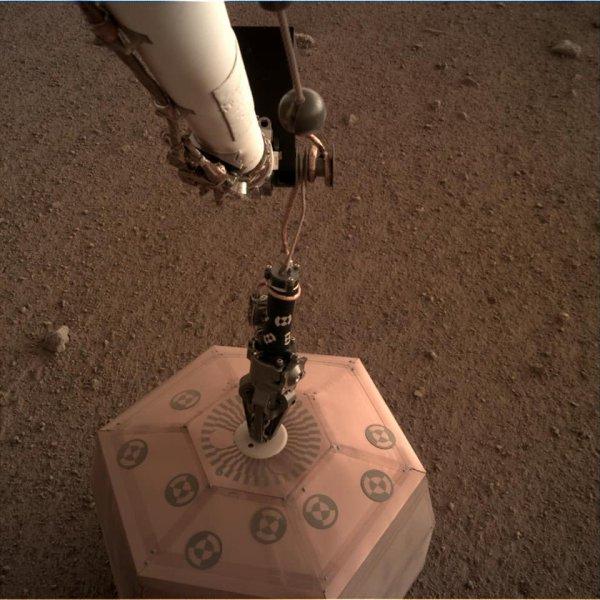 L'IMAGE & L'INFO ASTRO DU JOUR EN DIRECT DE MARS : SEIS EST SUR MARS ! Il y a quelques heures, les équipes de la NASA ont procédé au déploiement du bras de la sonde InSight avec au bout du grappin le sismometre SEIS du CNES Français. Il est maintenant posé sur le sol martien. Encore quelques vérifications, mise en place de sa cloche de protection, et dans quelques semaines les premières données pourront être analysées. Un beau travail de précision des équipes américaines du JPL et françaises du CNES et de l'IPGP. (Sources NASA-JPL-CALTECH, ESA, CNES)