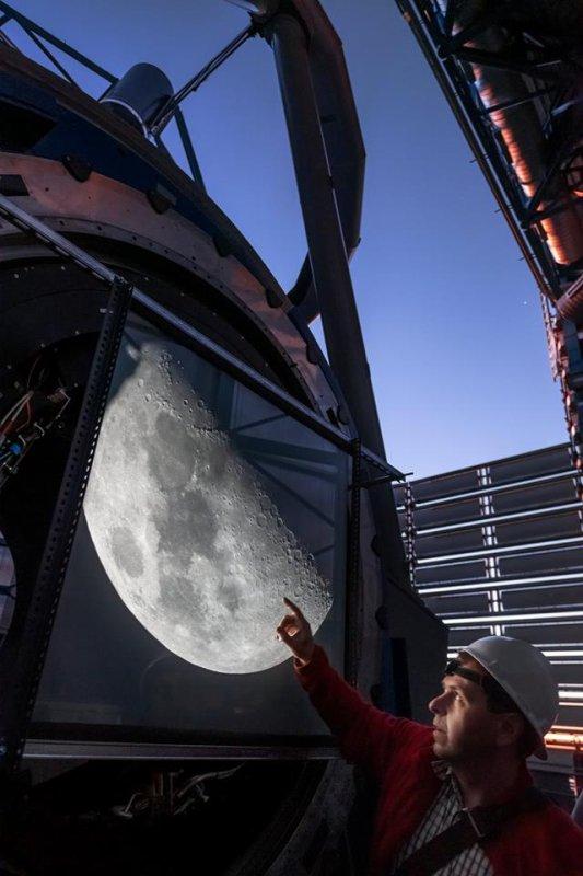 L'IMAGE & L'INFO ASTRO DU JOUR : Peu de gens ont déjà vu la Lune avec un télescope aussi monumental que le Very Large Telescope (VLT) de l'ESO au Chili. Les astronomes de l'observatoire de Paranal ont récemment profité de cette opportunité unique. Dans cette image, vous pouvez voir Stefan Ströbele, un ingénieur en optique adaptative, profitant de la vue de la Lune. (Source ESO France-G. Hüdepohl)