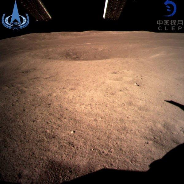 LES IMAGES & L'INFO ASTRO DU JOUR : LA SONDE CHINOISE CHANG'E 4 s'est posée en douceur sur la face cachée de la Lune ! Les premières images de l'alunissage de la sonde… Puis le rover chinois de la sonde Chang'e 4, Yutu 2, a effectué ses premiers tours de roue ce 3 janvier à la surface de la face cachée... (Sources Agences Chinoises)