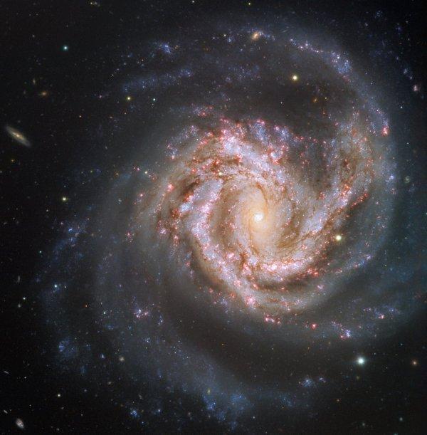 L'IMAGE & L'INFO ASTRO DU JOUR : Dans le centre de la constellation de la Vierge se trouve un magnifique joyau cosmique, la galaxie Messier 61. Cette étincelante galaxie spirale scintillante apparait de face, nous offrant ainsi une vue à couper le souffle sur sa structure. Le gaz et la poussière des bras spiraux complexes sont parsemés de milliards d'étoiles. Cette galaxie est très active avec une rapide formation d'étoiles, un amas nucléaire massif et un trou noir supermassif enfouis dans son c½ur. Messier 61 est l'un des membres les plus importants de l'amas de la Vierge, qui compte plus de mille galaxies et se situe au centre du superamas de la Vierge, auquel appartient également notre Voie lactée. Cette beauté éblouissante a été découverte pour la première fois en 1779 et suscite depuis lors l'intérêt des astronomes. Comparé à un ciel sombre parsemé de galaxies, cette image montre l'impressionnante M61 dans toute sa splendeur, même à une distance de plus de 50 millions d'années-lumière. (Source ESO)