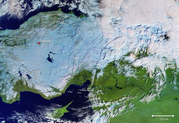 LA TERRE VUE DE L'ESPACE : COUP DE FROID SUR LA TURQUIE ! Alors que la neige continue de semer le chaos en Autriche et en Allemagne, la vague de froid a également atteint la Turquie, comme le montre cette image de Copernicus Sentinel-3 du 9 janvier. La neige, qui a commencé à tomber en Turquie le dimanche 6 janvier, a entraîné l'isolement de villages situés dans des zones isolées et la fermeture de bureaux et d'écoles par les autorités. Les chutes de neige ont principalement touché les provinces de l'est et du nord, mais les grandes villes de l'ouest, dont Ankara, n'ont pas épargné une épaisse couche de neige. Les conditions météorologiques posent également de graves problèmes plus à l'ouest, en particulier en Allemagne et en Autriche, qui sont en alerte rouge. (Sources ESA-Copernic Sentinel)Saisis un titre d'article ici !