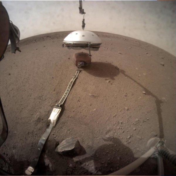 LES IMAGES & L'INFO ASTRO DU JOUR EN DIRECT DE MARS : La cloche de protection éolienne et thermique vient d'être posée sur le sismomètre. Grâce à ce bouclier, le sismomètre français se retrouvera à l'abri des perturbations extérieures, dans un environnement étanche : condition indispensable pour enregistrer les vibrations du sol de la planète Mars en toute sérénité... Une première mondiale ! Pas question de troubler l'enregistrement d'un séisme à cause de bourrasques de vent ou de variations de températures trop importantes qui fausseraient les mesures de l'instrument ! (Sources NASA,JPL-CALTECH, ESA, CNES)