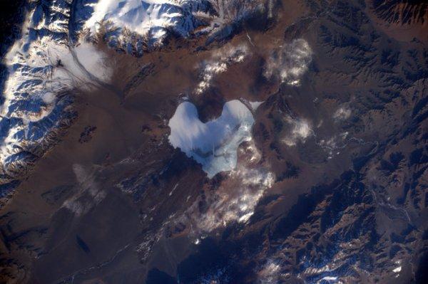 L'IMAGE & L'INFO ASTRO DU JOUR : LA SAINT-VALENTIN ! Nous allons exprimer notre amour aux personnes les plus proches et les plus chères, et peut-être que notre belle planète d'origine peut y être inclus, après tout, elle a besoin de tout l'amour et des soins qu'elle peut recevoir ! L'astronaute Thomas Pesquet avait publié cette image d'un lac en forme de c½ur en Mongolie, lors de sa mission Proxima le 14 février 2017. Le fait que la Terre soit riche en flore et en faune est incontestable, mais notre planète évolue rapidement, en particulier parce que l'activité humaine exerce une pression sur les ressources naturelles. Outre leur valeur pour la science, les photographies prises depuis l'espace sont un excellent outil de communication scientifique. Depuis les toutes premières images de la Terre prises par les astronautes de la NASA dans les années 1960 qui ont montré au monde à quel point la Terre est fragile, à celles comme celle-ci prises par les astronautes et publiées sur les médias sociaux, elles transmettent toutes un message important: Aimez notre planète, car c'est la seule maison que nous avons !