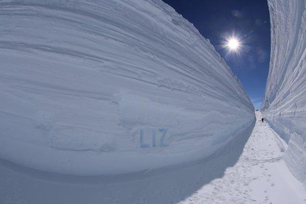 L'IMAGE & L'INFO ASTRO DU JOUR : LA STATION CONCORDIA, située sur un plateau à 3200 m d'altitude dans la péninsule antarctique, est avant tout un centre de recherche. Nichée à l'extrême sud de la Terre, où les températures peuvent chuter jusqu'à -80°C en hiver et à une température moyenne annuelle de -50°C, la station offre aux chercheurs la possibilité de collecter des données et d'expérimenter comme nulle part ailleurs sur Terre. Parmi ces chercheurs, une équipe de chasseurs de micrométéorites examine la neige et la glace à la recherche de traces de matériaux extraterrestres de moins d'un millimètre de diamètre. Chaque année, la quantité de micrométéorites représente jusqu'à 1.000 tonnes de particules sur la Terre. L'équipe française de chasseurs de micrométéorites à Concordia a réussi à enlever un peu plus de 1.000 mètres cubes de glace et de neige, établissant un record avec une tranchée de 7 m de profondeur ! L'Antarctique est le continent le plus aride du monde et Concordia est situé dans le plus grand désert du monde. Les couches de neige tassée dans la tranchée sont l'accumulation d'environ 80 ans de neige. (Source ESA)